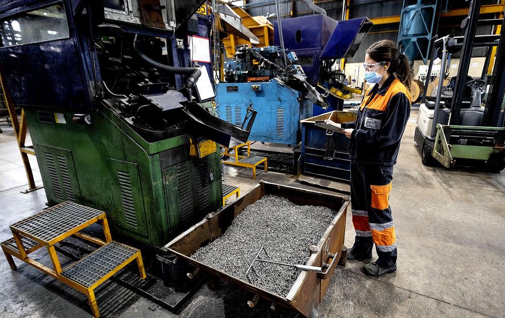 La fábrica de clavos industriales DUO FAST ha pasado en un lustro de no contar con personal femenino a alcanzar el 20% de la plantilla total