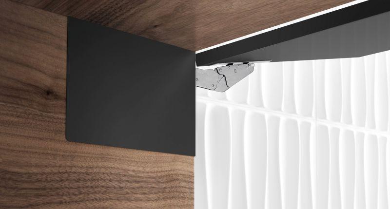 Cómo integrar completamente en la pared lateral de un armario alto un soporte resistente para puertas elevables