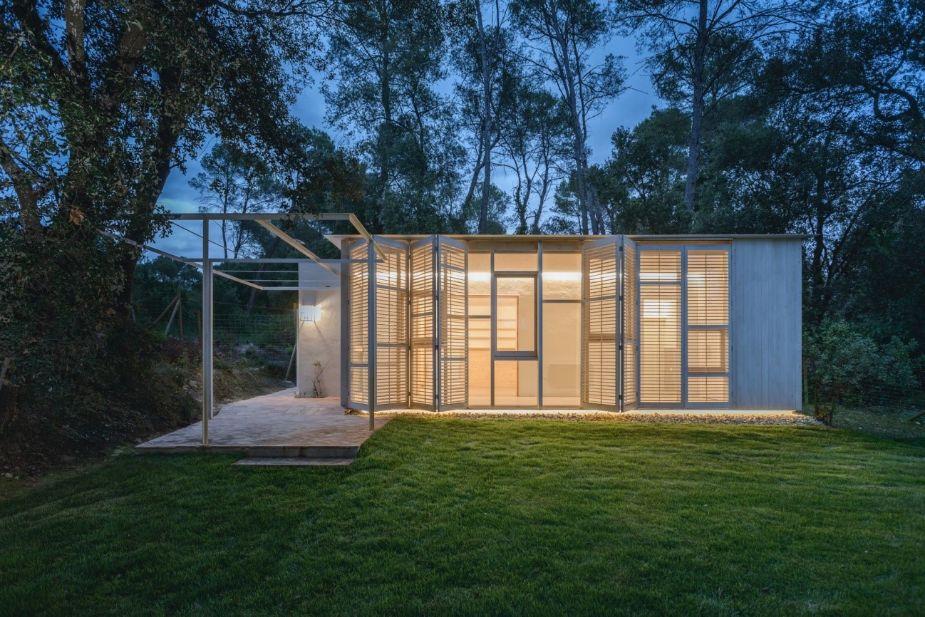 TALLERDARQUITECTURA diseña «Galería»: Una casita en el bosque para un retiro saludable